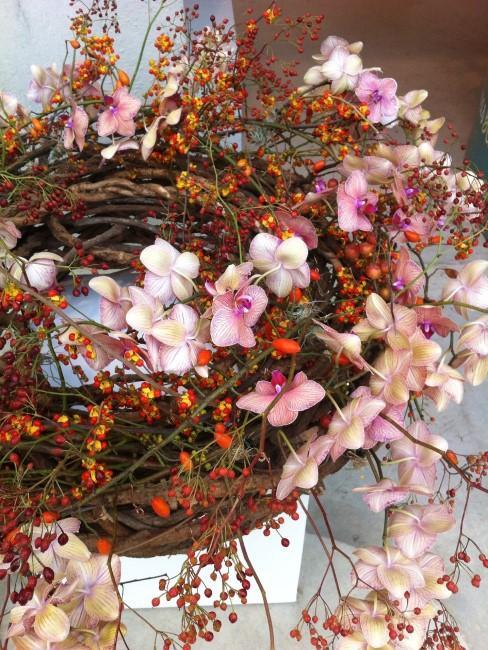 Herbstkranz mit Beeren und Orchideen