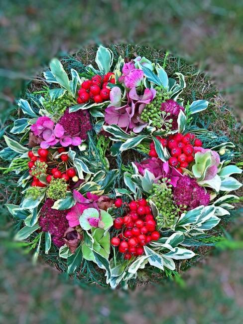 Herbstkranz mit Blättern, Beeren und Hortensien