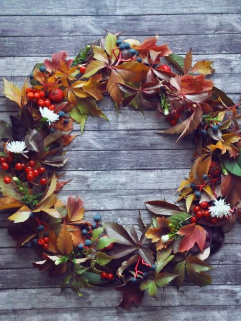 Herbstkranz mit Blättern und Beeren