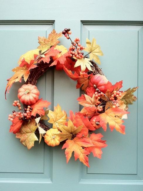 Herbstkranz mit Blättern, Beeren und Kürbissen