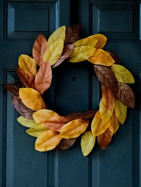 Minimalistischer Herbstkranz aus Blättern