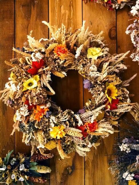 Herbstkranz mit Blumen und Ähren