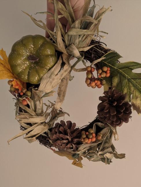 Herbstkranz mit Zapfen, Beeren und Blättern