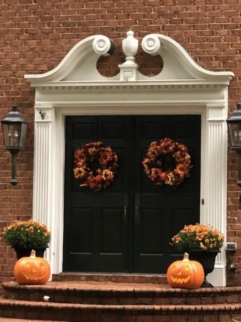 Herbstkranzduo als Deko an der Eingangstür