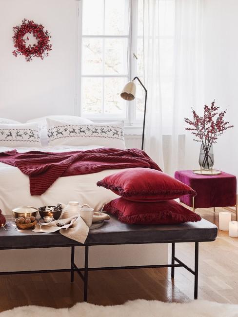 Herbstkranz aus roten Beeren als Deko im Schlafzimmer