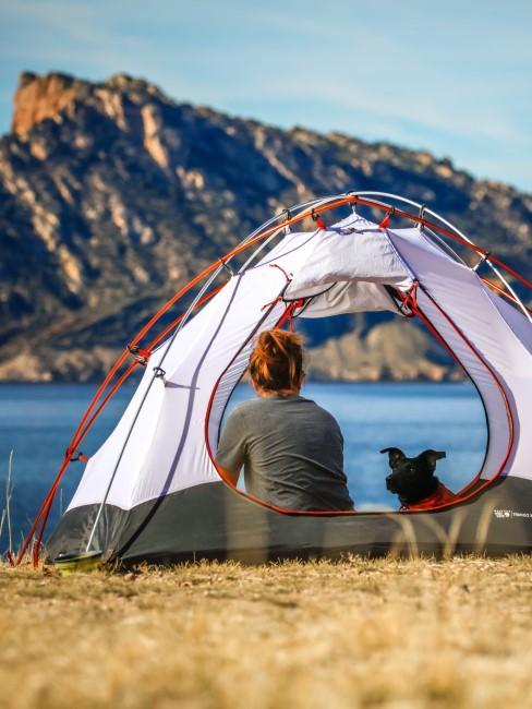 Frau und Hund im Zelt