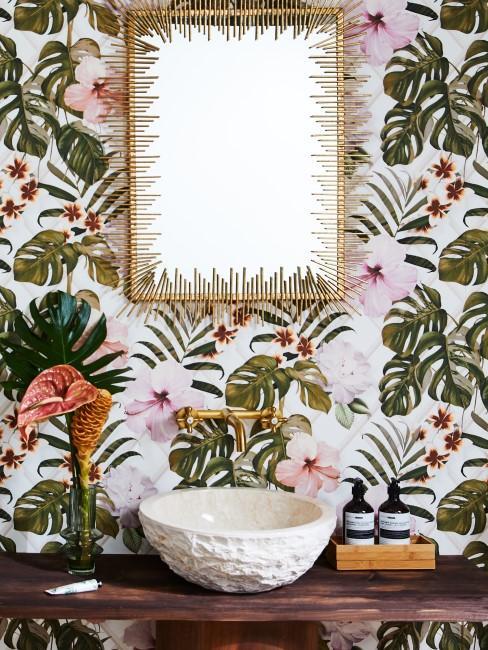 Badezimmer mit floraler Tapete