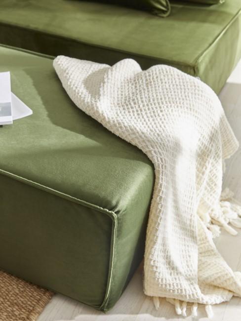 Grünes Sofa mit Plaid