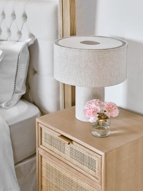 Kommode aus Holz mit Lampe