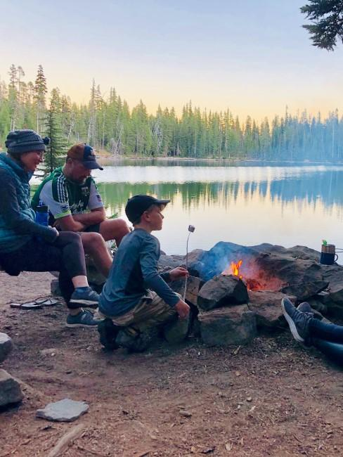 Camping mit Kindern am Lagerfeuer