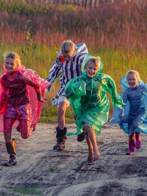 lachende Kinder beim Rennen