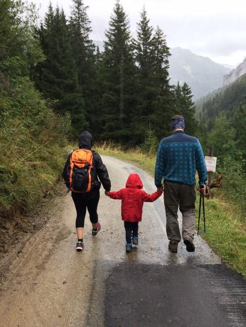 Familie beim Wander beim Camping mit Kind