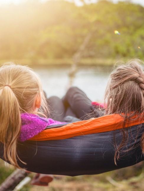 Mädchen beim Camping in der Hängematte