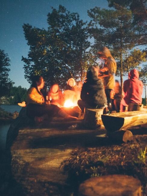 Kinder beim Camping am Lagerfeuer