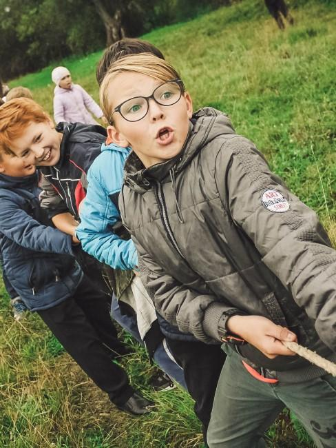 Tauziehen als Spiel beim Camping mit Kindern