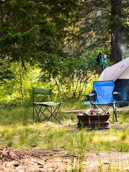 Campingstühle und Feuerstelle