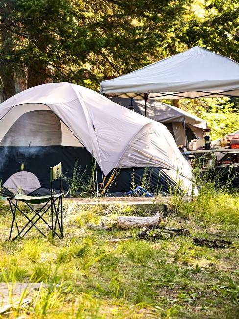 Camping mit Zelt und Pavillon
