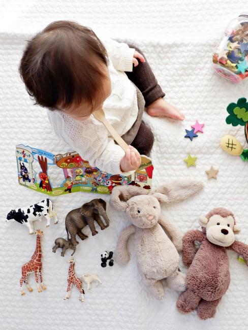 Baby mit Spielzeug auf Spieldecke