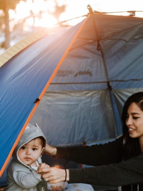 Mama mit Baby im Zelt beim Camping mit Baby