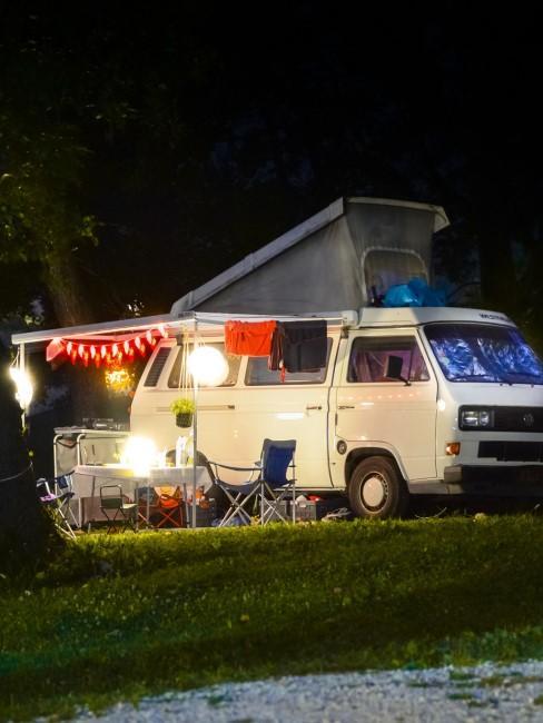 VW-Bus als Unterkunft beim Camping mit Baby