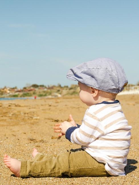Kleinkind am Strand beim Camping mit Baby