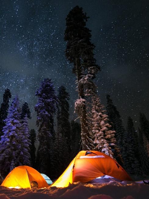 Zelte im Dunklen beim Wintercamping
