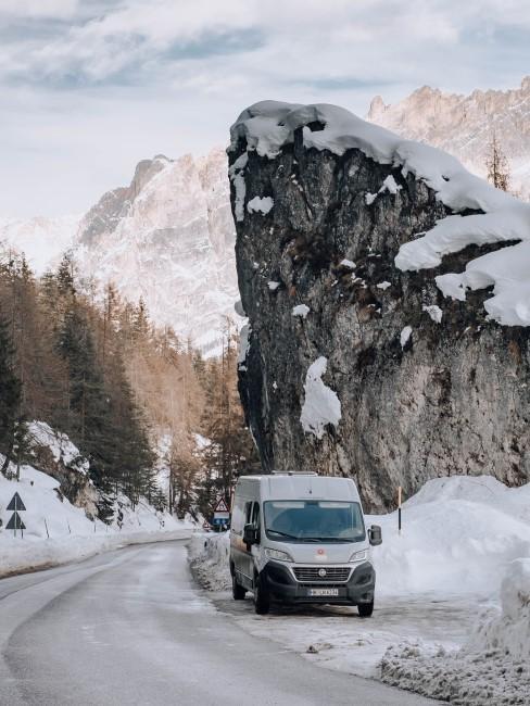 Wohnmobil bei Pause auf dem Weg zum Wintercamping