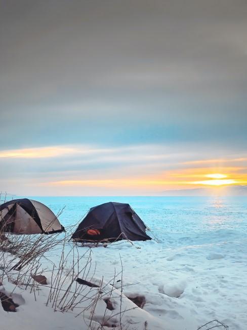 Zelte beim Wintercamping am Meer