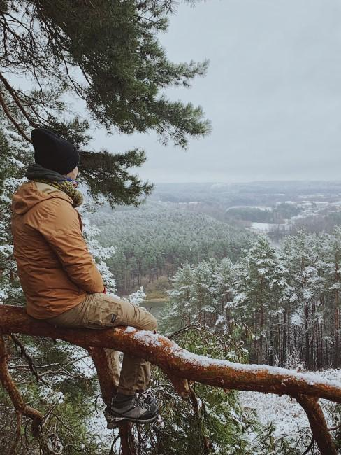 Aussicht auf Winterlandschaft beim Wintercamping
