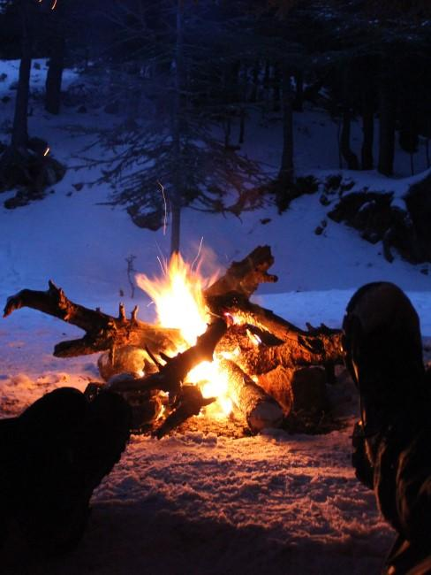 Lagerfeuerromantik beim Wintercamping