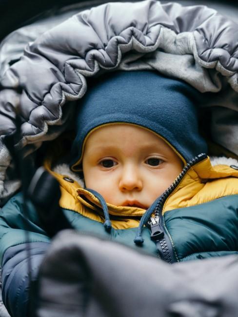 Kind warm eingepackt beim Wintercamping
