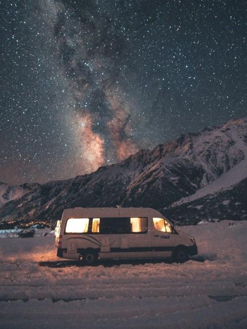Camper im Schnee beim Wintercamping