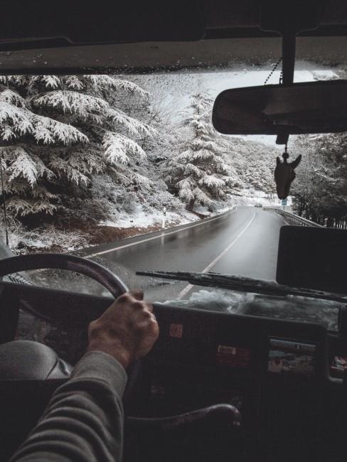 Am Steuer des Wohnmobils auf dem Weg zum Wintercamping