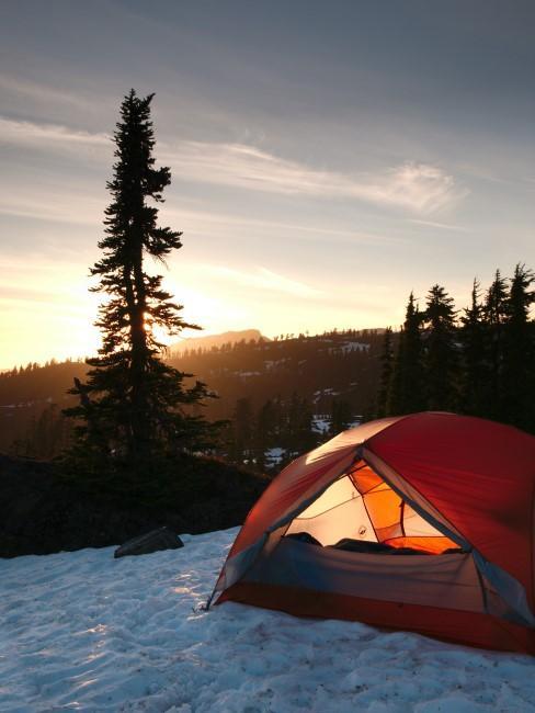 Zelt im Schnee beim Wintercamping
