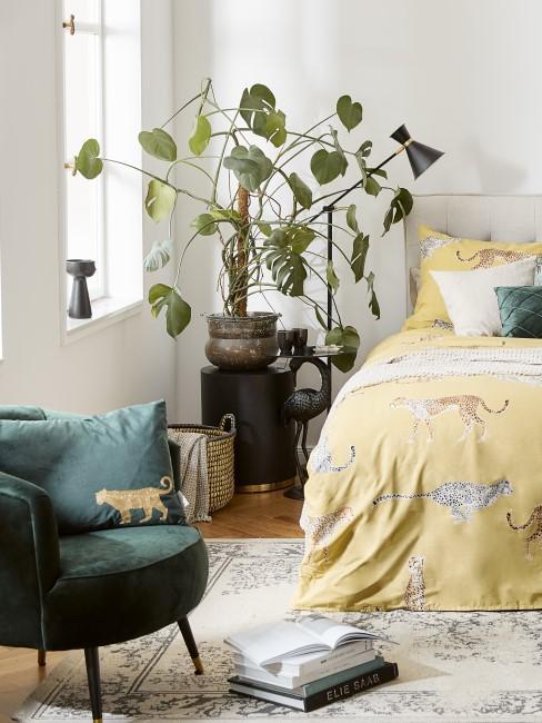Dunkelgrüner Sessel im Schlafzimmer
