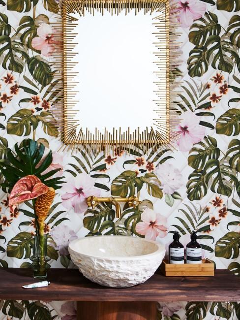 Badezimmer mit Mustertapete