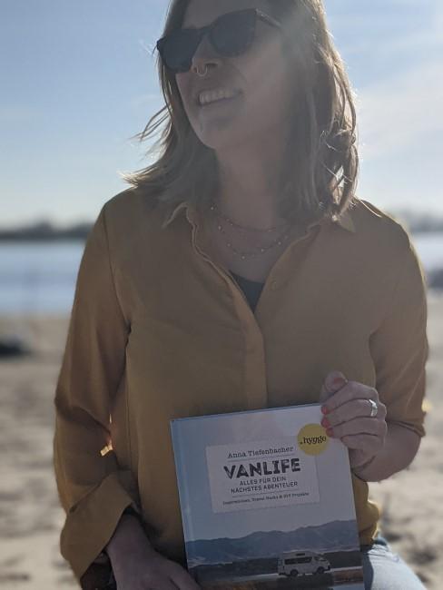 Vanlife Autorin Anna Tiefenbacher mit ihrem Buch