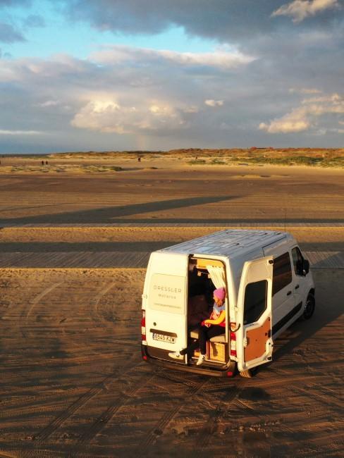 Vanlife Autorin Anna Tiefenbacher mit Van am Strand