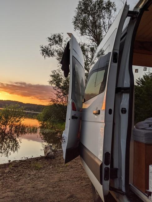 Vanlife Idylle mit Van am See bei Sonnenuntergang