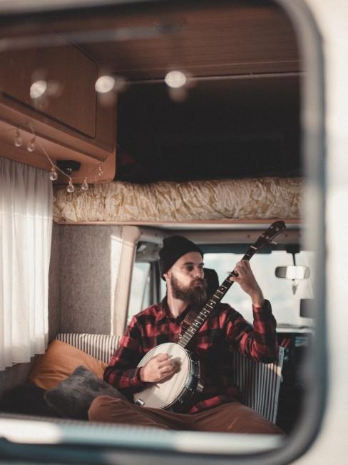 Couch und Hochbett in ausgebautem Camper