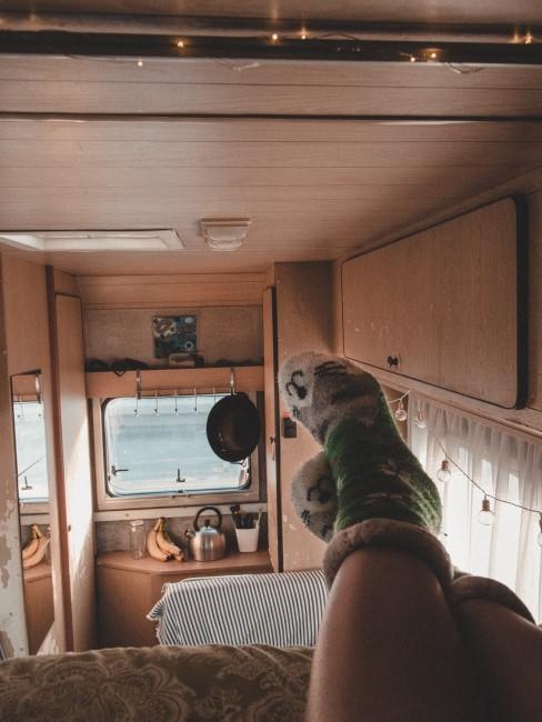 Blick aus dem Hochbett in ausgebautem Camper