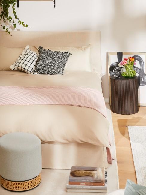 Schlafzimmer in Beige und Pastelltönen