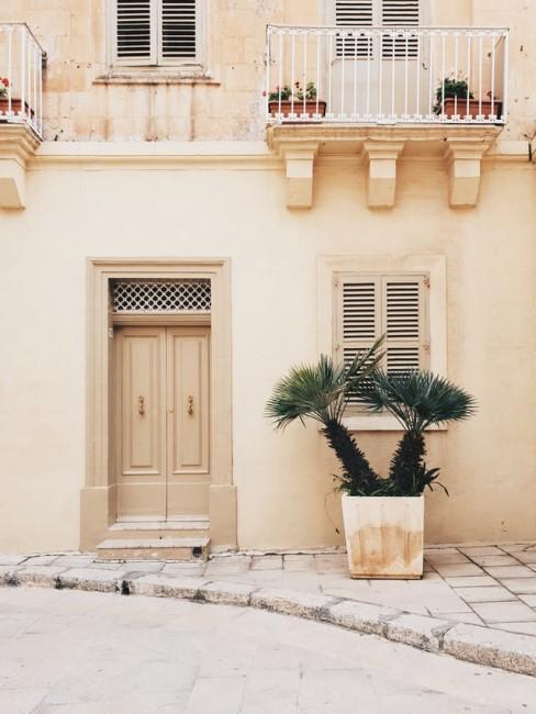 Sandfarbe für die Wand und Fassade