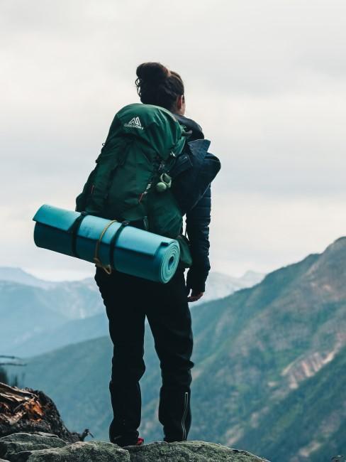 Camping Style Frau mit Rucksack und Isomatte