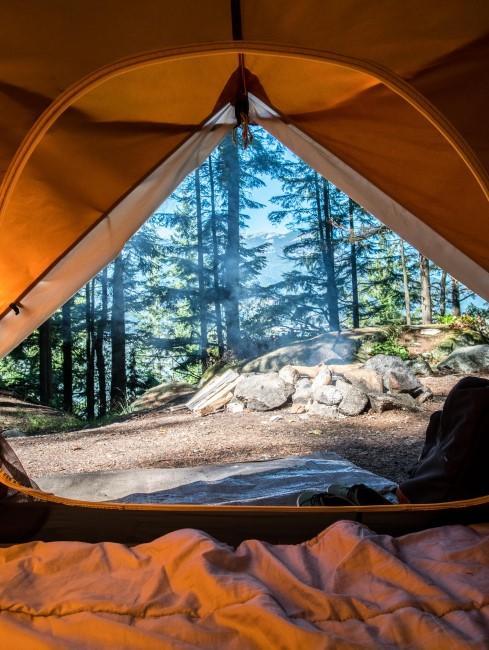 Camping Style mit Zelt im Wald