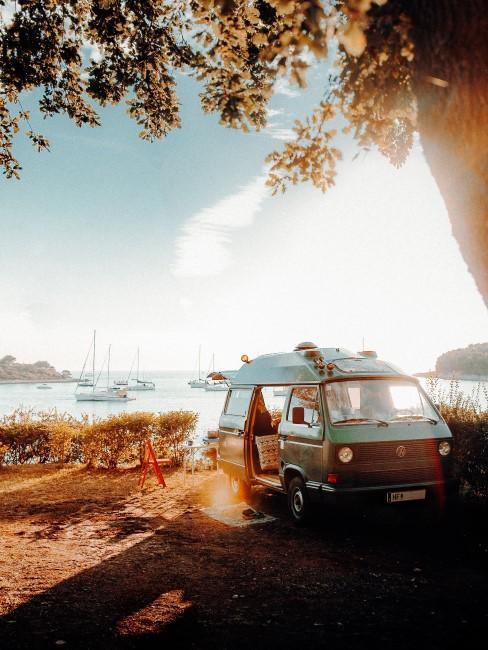 Camping Style VW-Bus auf Stellplatz am Meer