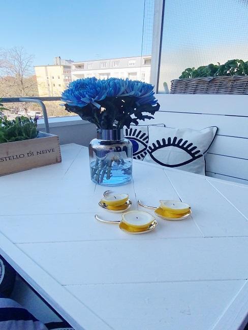 Zitronen Kerzen auf einem Balkontisch