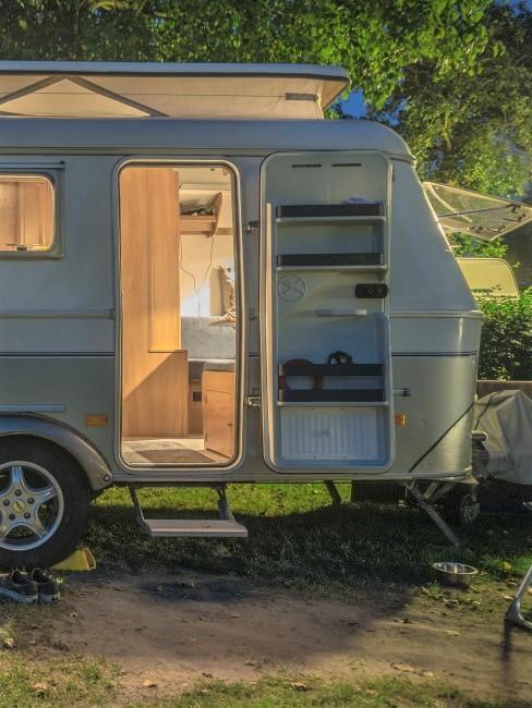 Camping-Style Wohnwagen mit offener Tür