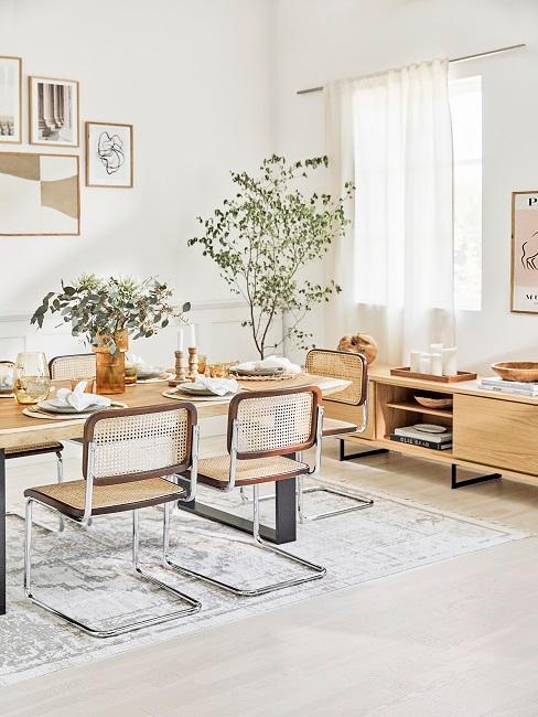 Natürliches Wohnzimmer mit Kunst