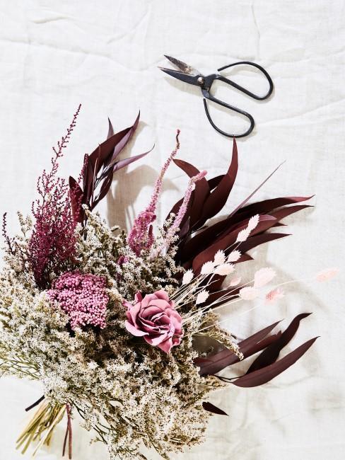Trockenblumenstrauß als Beispiel fürs Blumen trocken, um damit zu dekorieren